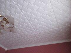 Клеим потолочную плитку