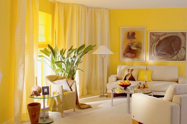 Зал с желтыми обоями