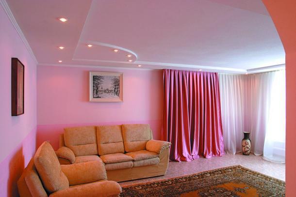 Зал с розовыми обоями