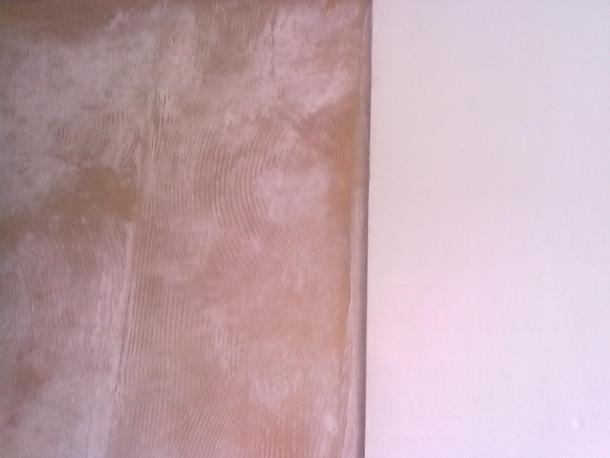 Приклеивание рулонного пенопласта к стене