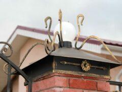 Колпаки на столбы для забора из кирпича: для чего они нужны и как выбрать подходящие