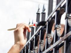 Краска по металлу для наружных работ: виды составов, их преимущества и недостатки
