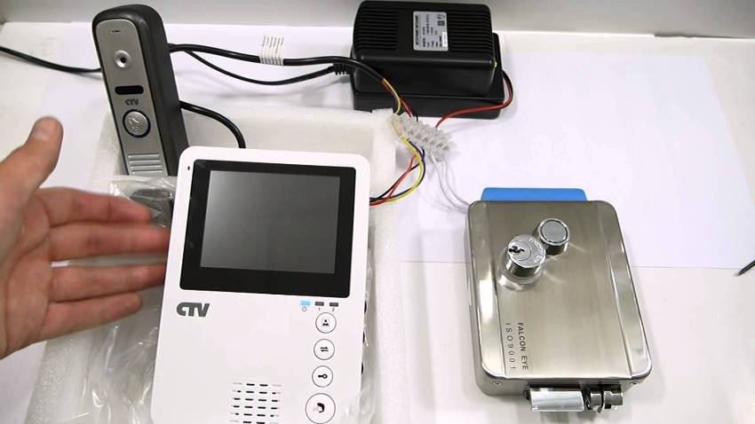С помощью электромеханического замка не обязательно общаться с посетителем для того, чтобы впустить его в помещение