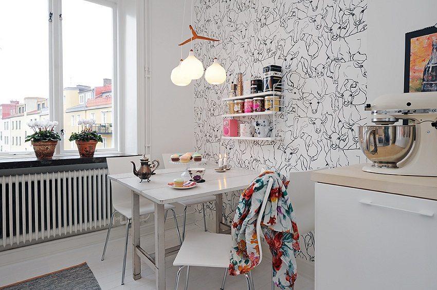С помощью комбинированных обоев с необычным орнаментом можно выделить обеденную зону на небольшой кухне