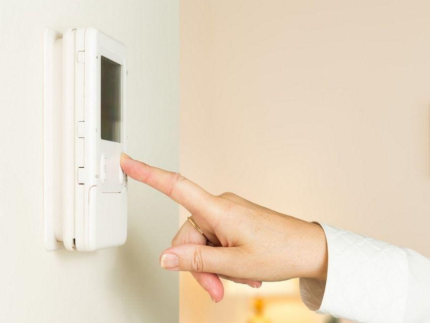 Использование электронного термостата с возможностью вручную регулировать температуру является оптимальным решением при установке потолочного обогревателя