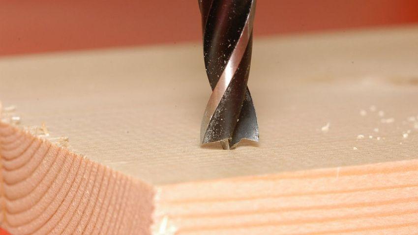 Концевые фрезы, которые относятся к наиболее распространенным инструментам, используемым для работ ручным фрезером
