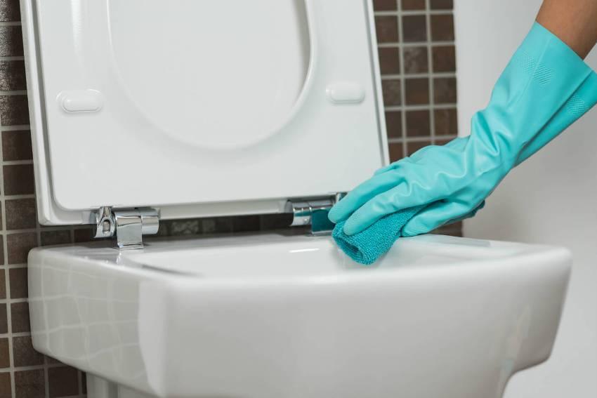 Регулярная уборка и обработка унитаза специальными средствами помогут предотвратить пробки и засорения в канализации