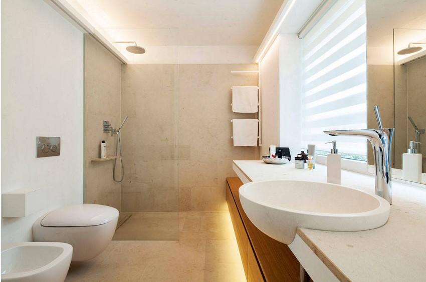 Светлые оттенки стен и потолка, совпадающие по цвету или отличающиеся на тон, помогут расширить ванную комнату