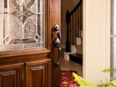 Двери из массива: благородство природы в современном интерьере