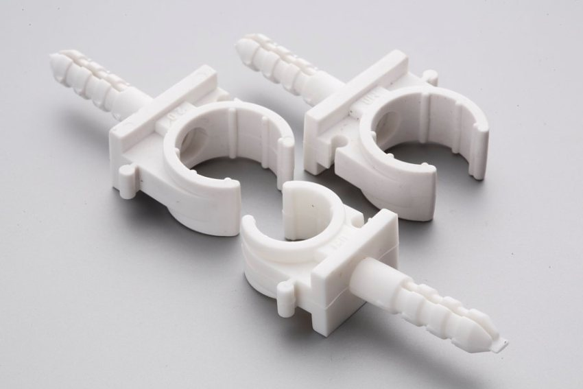 Клипсы подбираются в зависимости от диаметра гофрированной трубы