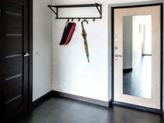 Входная дверь с зеркалом: креативный декор или практичное решение?
