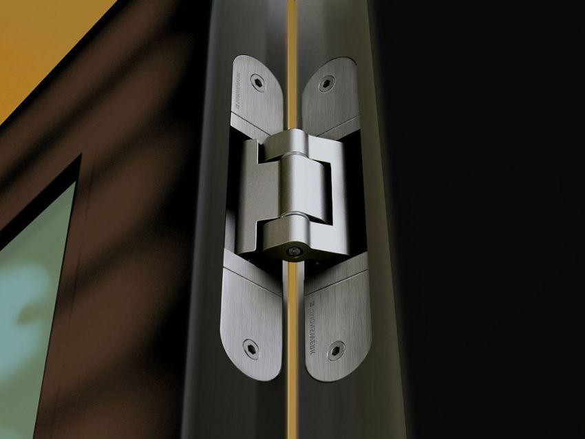 Чтобы достичь максимального доступа к винтам петель, регулировка которых будет производиться, нужно максимально широко открыть дверь