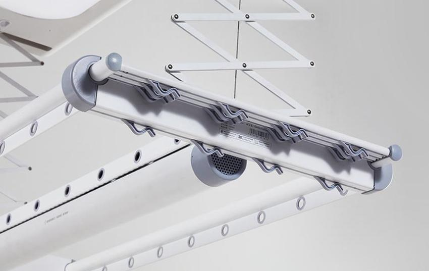 Наиболее практичным вариантом считаются потолочные конструкции, которые работают по принципу жалюзи