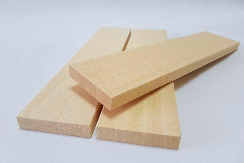 Чтобы изготовить угловую полку нужно сначала подготовить деревянные элементы, составную конструкции