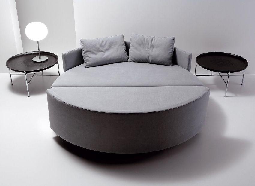 Спать на круглой кровате-диване не совсем комфортно, так как поверхность места для сна получается не ровной