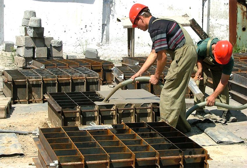 Ячеистые блоки производятся на основе вспененного бетона, который заливается в специальную форму