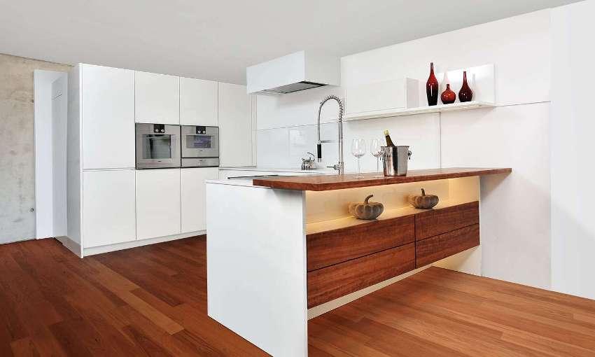 Во многом комфорт и уют на кухне зависит от правильно подобранной мебели, а именно — кухонного гарнитура