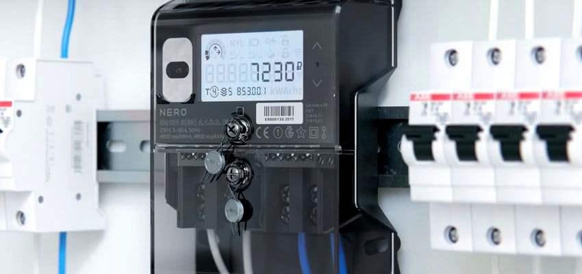 Помимо передачи данных об объемах потребленной энергии такой прибор учета дает сигнал компаниям-поставщикам электроэнергии о взломе или неисправности