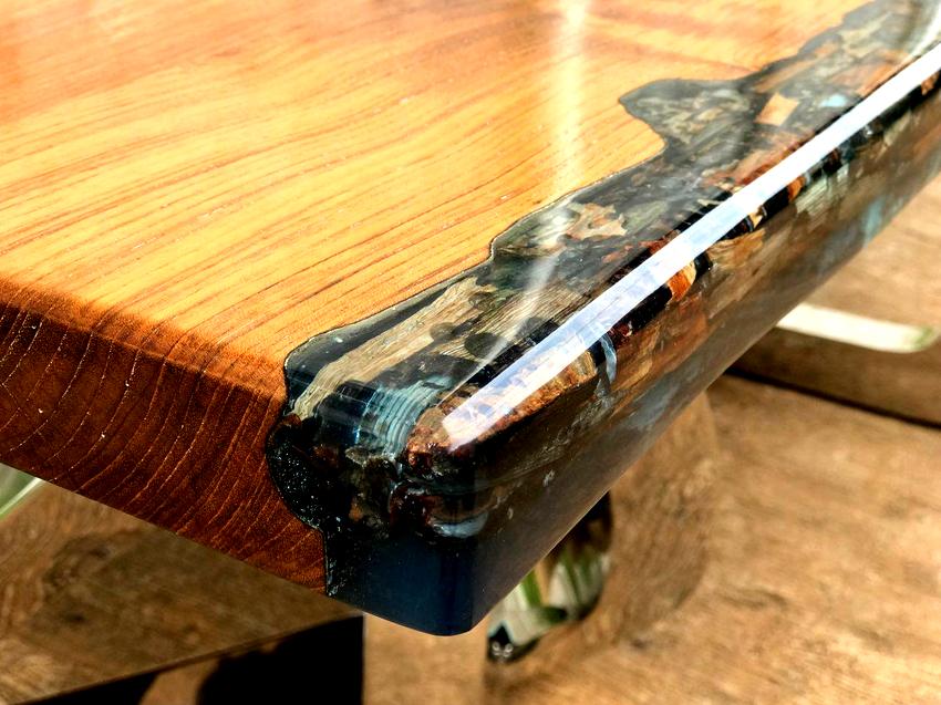На стоимость стола из эпоксидной смолы и дерева влияет качество используемой древесины, его размер и форма