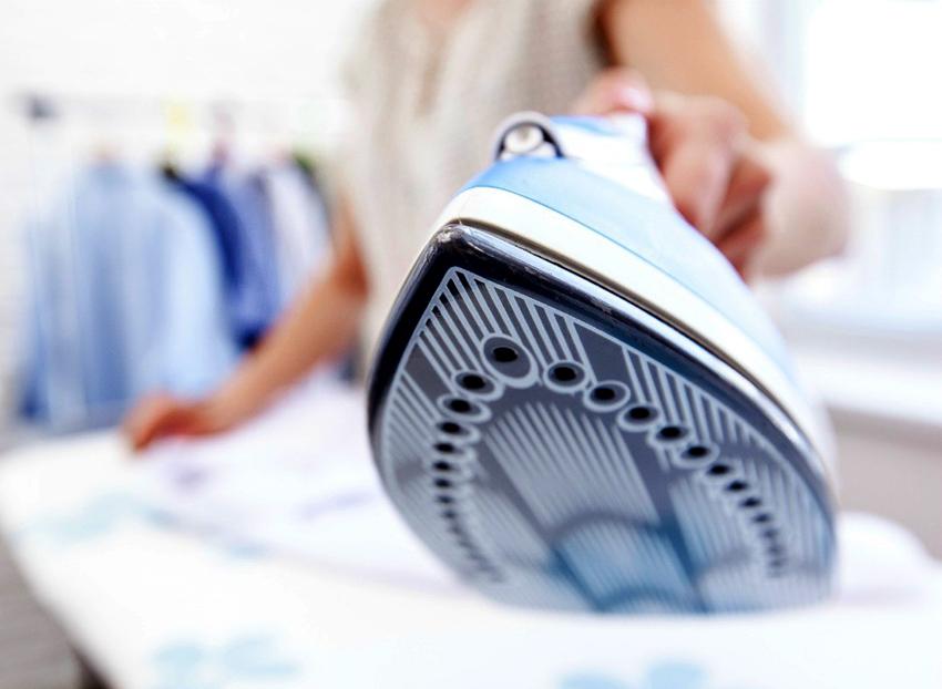 Для максимально продуктивной утюжки рекомендуется выбирать утюги с паровым ударом от 100 мл/мин