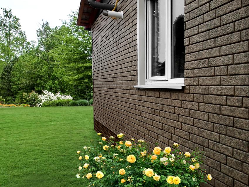 Фасадные панели под облицовочный кирпич имеют малый вес, чем уменьшают нагрузку на несущую конструкцию