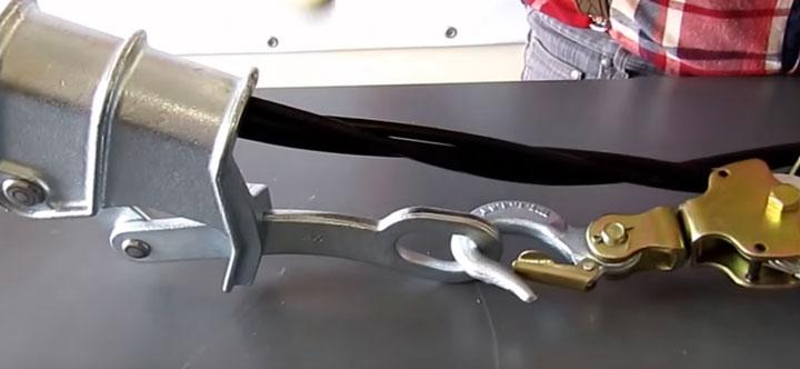 зацеп крюка за монтажный зажим лягушки