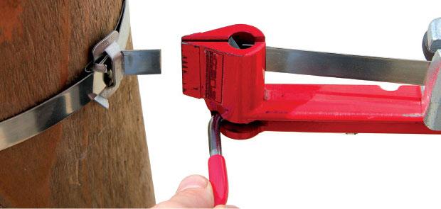 откусывание стальной ленты инструментом