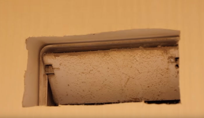 грязный и забитый пылью обратный клапан на вытяжку