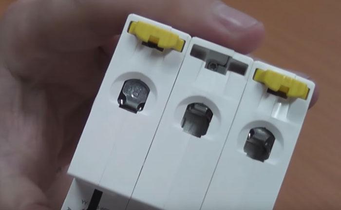 пластина закрывающая заклеммное пространство в автоматическом выключателе