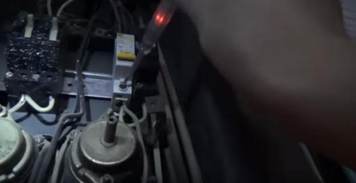 проверка напряжения индикаторной отверткой в щитовой дома