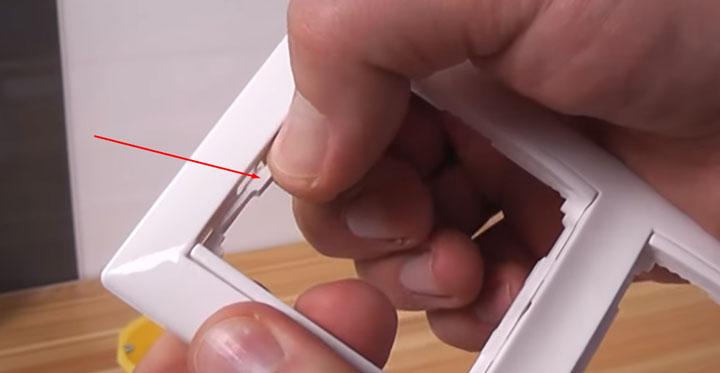 как перевернуть накладную панель и рамку для розетки легранд