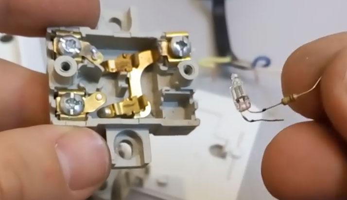 демонтаж подсветки из выключателя при моргании света