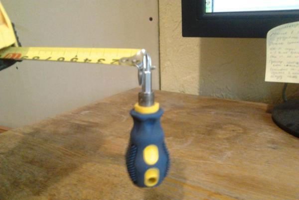 поднятие магнитным зацепом отвертки с помощью рулетки