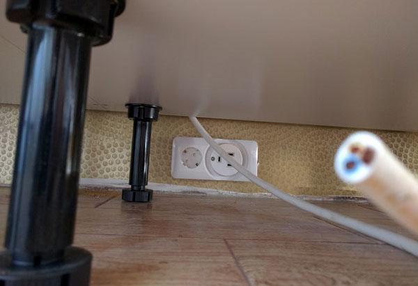 монтаж розетки для варочной панели на уровне пола в кухне