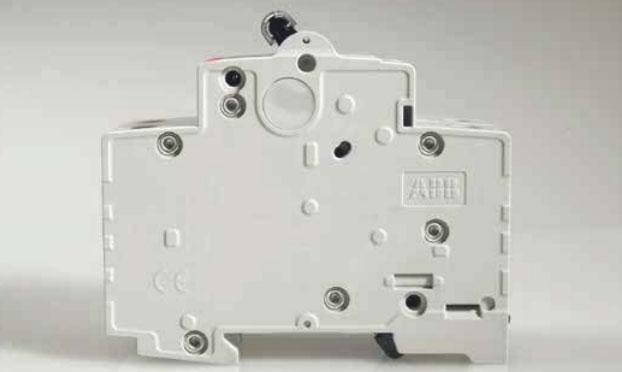 автоматический выключатель с шестью заклепками на корпусе