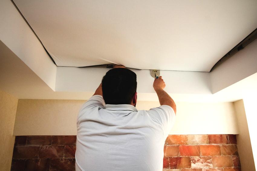 Много отзывов тех, кто сам монтировал натяжной потолок являются негативными