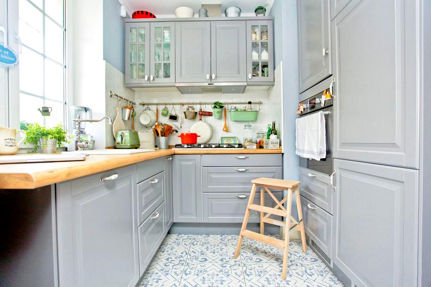 Подоконник-столешница с вмонтированной мойкой, является наиболее желанным элементом кухни для многих хозяек
