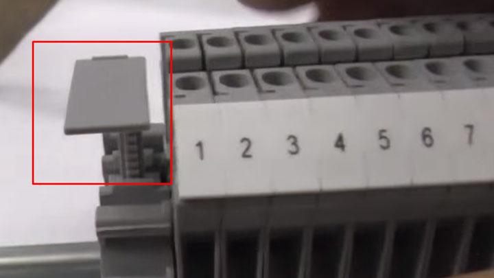 куда вставлять маркировочную пластину на клеммнике