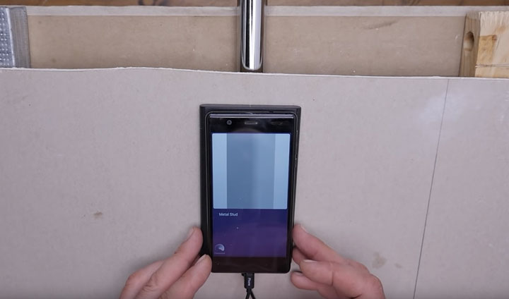 поиск металлической трубы за стеной с помощью смартфона и walabot