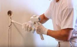 штробление стен под проводку зубилом и молотком