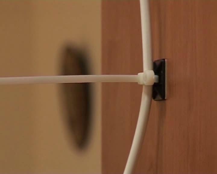 крепление кабеля на самоклеющейся площадке