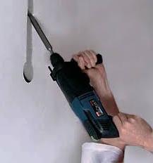 штробление стен под проводку перфоратором и зубилом