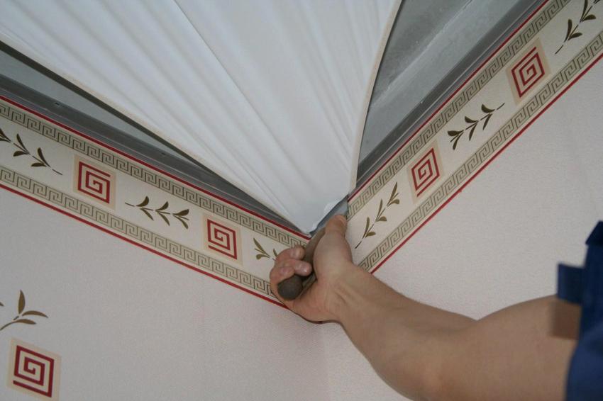 Перед снятием натяжного потолка материал следует разогреть