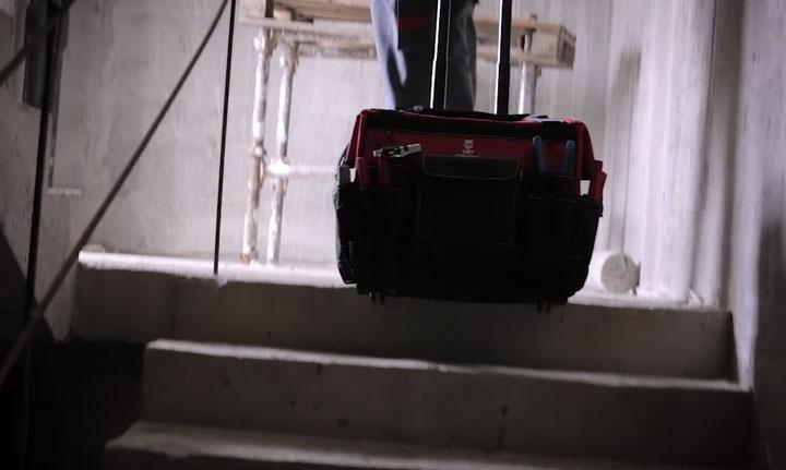 перетаскивание сумки тележки КВТ С-02 по ступенькам