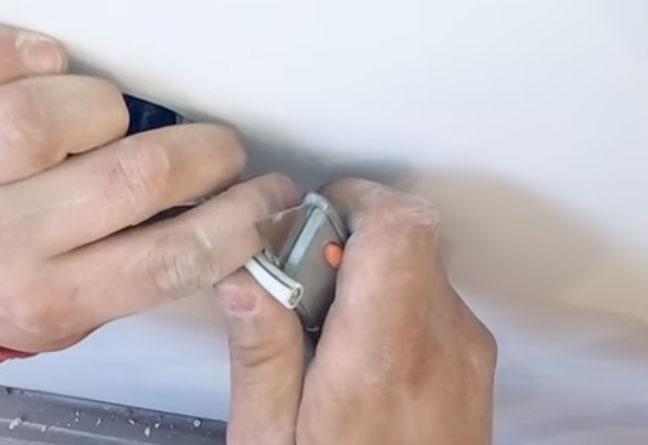 зачистка изоляции тв кабеля канцелярским ножом