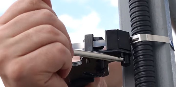 стягивание стальной стяжки при помощи пистолета КВТ TG-02