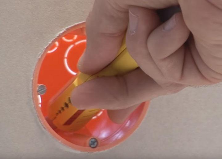 как снимать изоляцию с проводов в подрозетнике