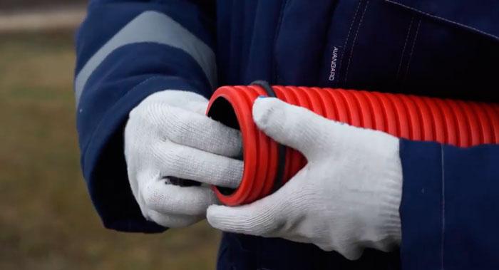 соединение двух гофрированных трубок муфтой для укладки кабеля в земле