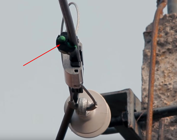 установка прокалывающего зажима на провод после установки анкерного зажима