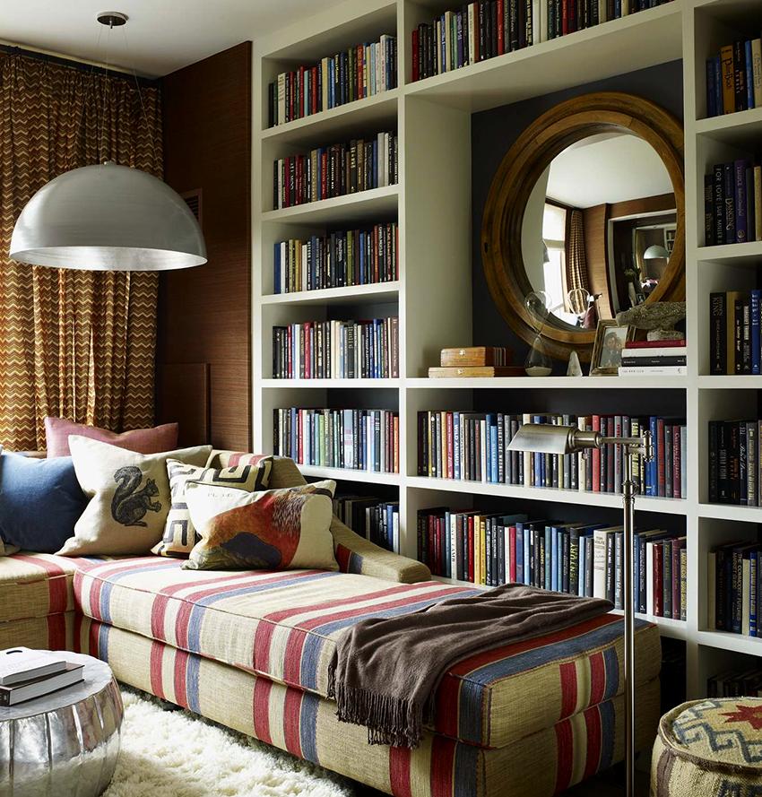На стеллажах можно хранить только книги или размещать на них декоративные детали